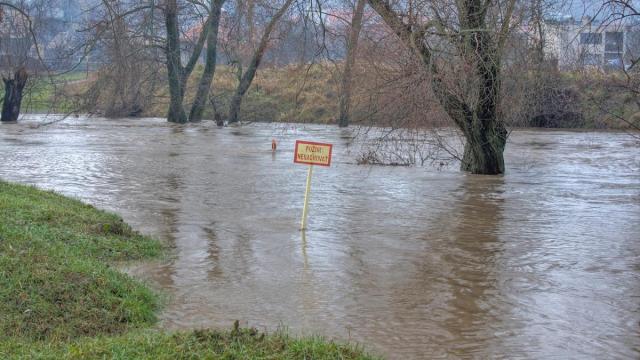 Zaplavená výstražná tabuľa